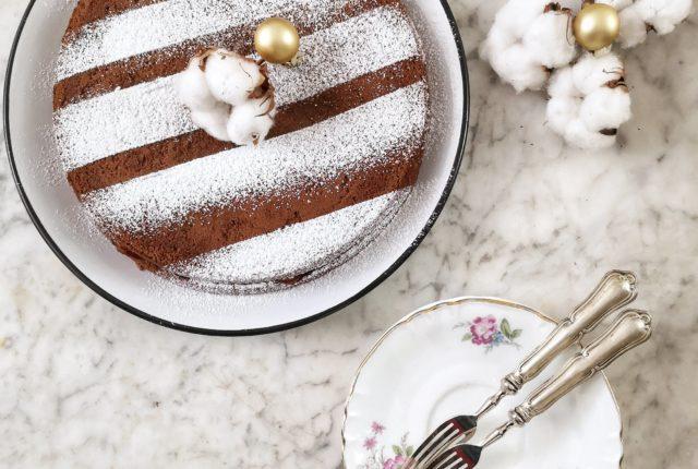 La ricetta della torta al cioccolato con marmellata di albicocche