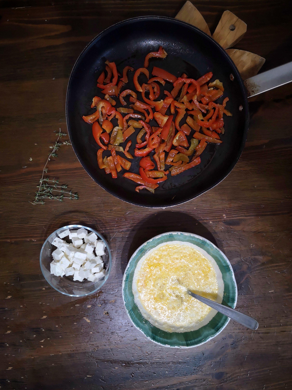 Frittata con feta e peperoni, in fase di preparazione